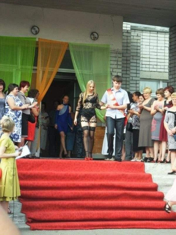 Почти голая выпускница(2 фото)