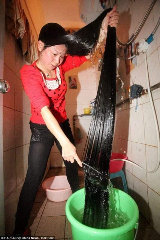 Китайская девушка Cen Yingyuan не стрижется с 11 лет