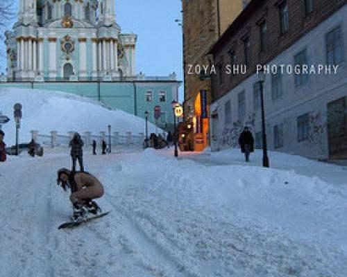 Голые сноубордистки на Андреевском спуске (18+)