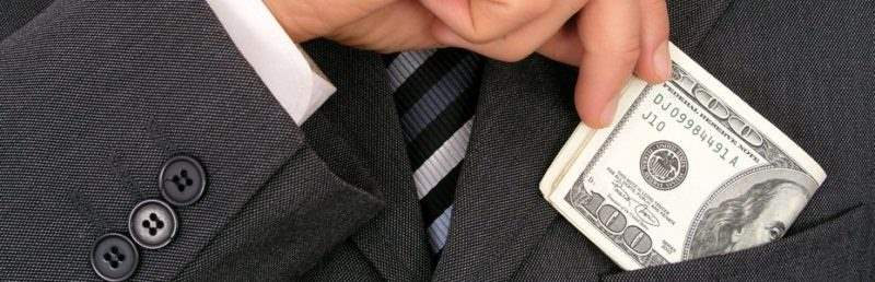 Чиновникам, военнослужащим, судьям и прокурорам заморозят зарплаты