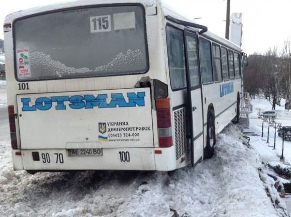 Автобус днепропетровск чуть не упал с моста2