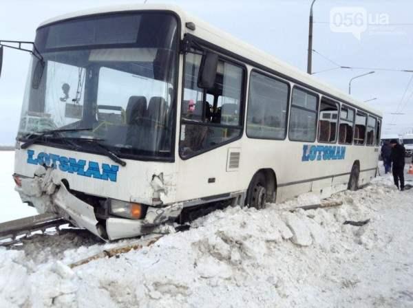 Автобус днепропетровск чуть не упал с моста7