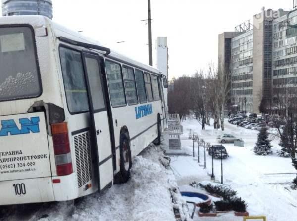 Автобус днепропетровск чуть не упал с моста8