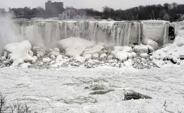 Ниагарский водопад застыл в полярном вихре.