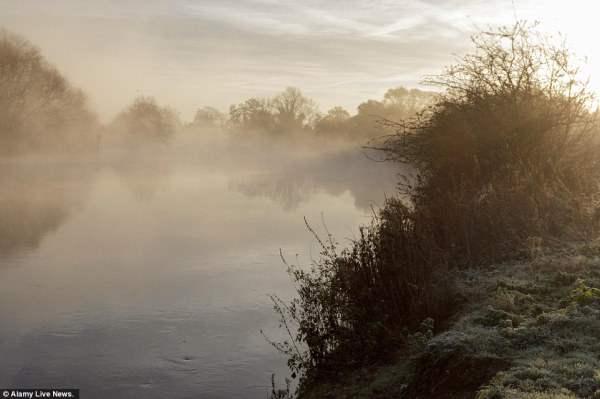 Туман стелится на берегу Темзы в Виндзоре .