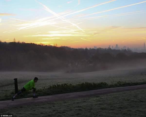 Ранняя пташка. Бегун разминается в Хэмпстед-Хит перед началом утренней пробежки.