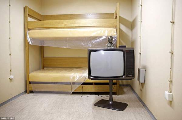 Номер с телевизором - бункер может принять 350 людей и был известен только Тито, его ближайшим доверенным и охранникам на дежурстве