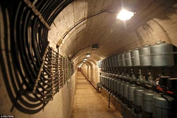 Туннель глубоко в сердце подземного секретного бункера Иосипа Тито, который был построен, чтобы противостоять ядерным атакам