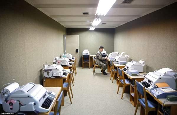 Бункер был построен в случае ядерной атаки, и рабочие могли помочь доставить и получать новости с помощью пишущих машинок