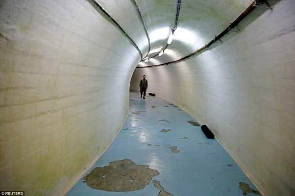 Солдат идет через один из тоннелей