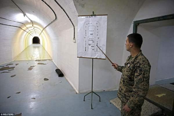 Солдат вырисовывает детали U-образного комплекса, который стоит дороже, чем  £ 3 млн