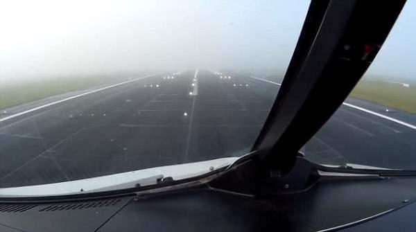в тумане самолет