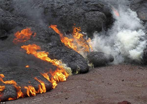 На Гавайях сползающая лава палит дома. (7 фото)
