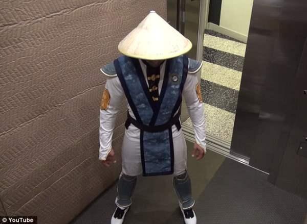 Персонаж из Mortal Combat нападает в лифте (Видео)