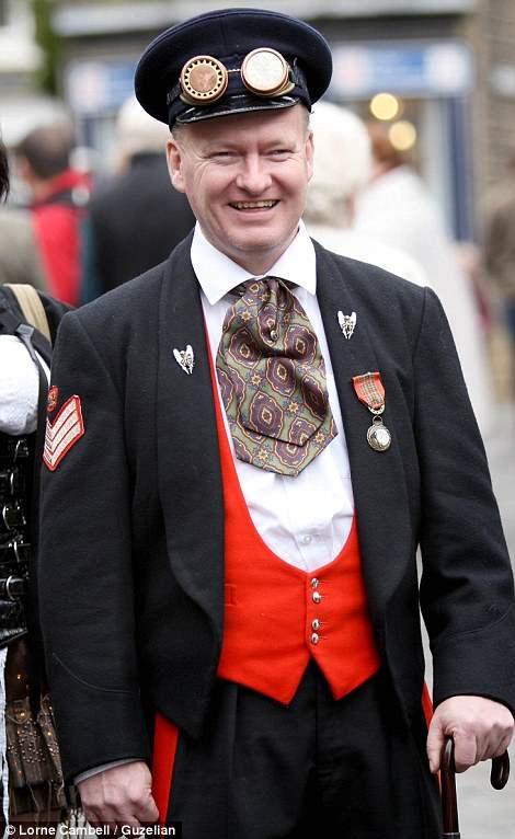 Мужчина в форме, которую обычно носили слуги