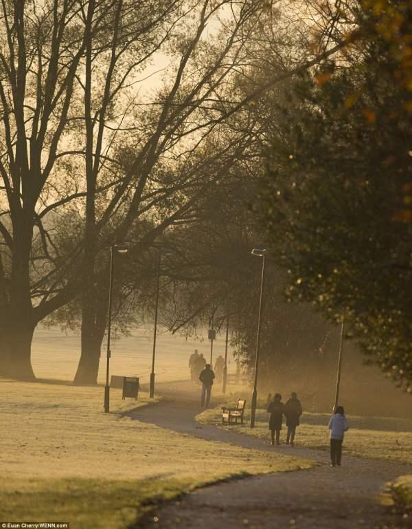 Лондонцы наслаждаются утренней быстрой ходьбой около стадиона Уэмбли.