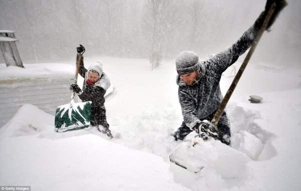 В Нью-Йорке выпало более 2 метров снега. В ликвидации последствий помогает ...