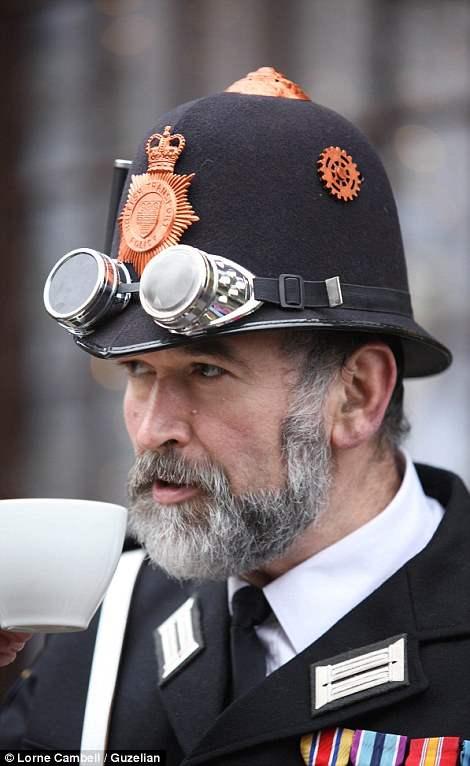 Стимпанк полицейский наслаждается чашечкой настоящего английского чая.