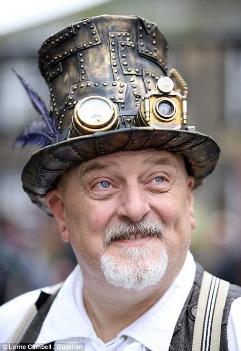 """Стимпанк стал на столько популярным, что его можно увидеть в таких фильмах, как  """"Ван Хельсинг"""" и """"Золотой компас"""". Мужчина в шляпе в стиле стимпанк, с различными заклепками и моноклями."""