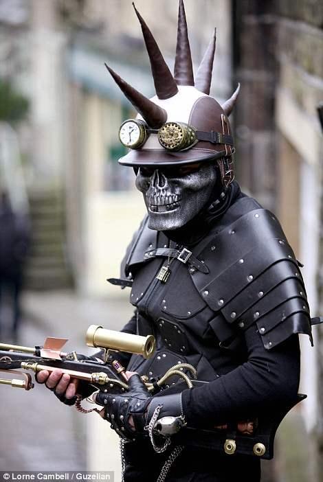Человек в  костюме злодея, выполненном с элементами стимпанка.