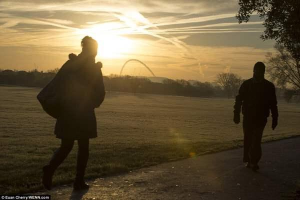 Первые лучи морозного утра над стадионом Уэмбли в Лондоне.