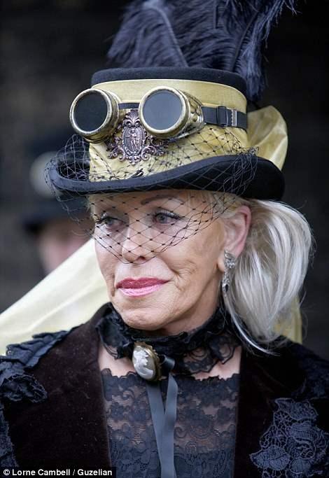 Дама в одеждах Викторианской эпохи, в эксклюзивной шапочке с оригинальными стимпанк очками.