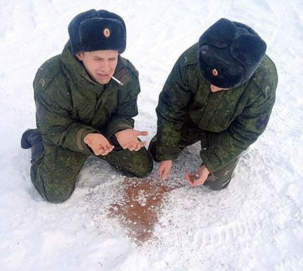 Двое солдат склонились в слезах перед рассыпанной гречкой. Все знают, что солдаты не доедают в армии и вынуждены давиться перловкой и макаронами. А гречка только по праздникам.