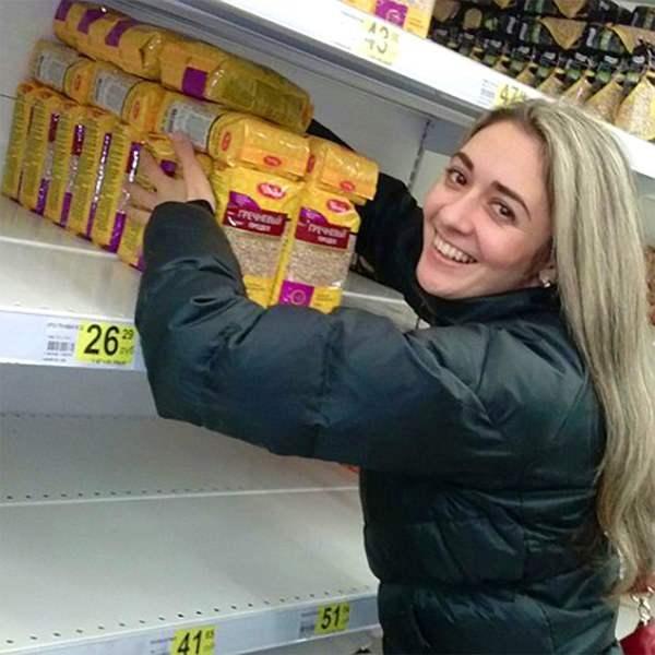 """Она нашла свое счастье. Найти гречку в магазине становится все сложнее. Возвращаются времена СССР, когда подобные деликатесы были доступны лишь узкому кругу """"приближенных"""" людей."""