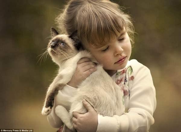 Девочка обнимает мягкого кота