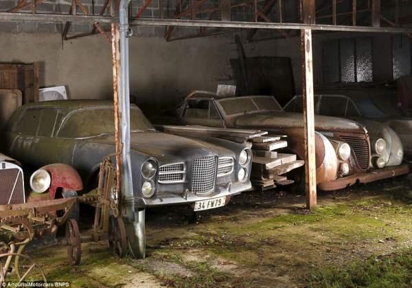 Facel Vega (слева) и Talbot-Lago (справа). Автомобили находились под этими навесами около 50 лет.