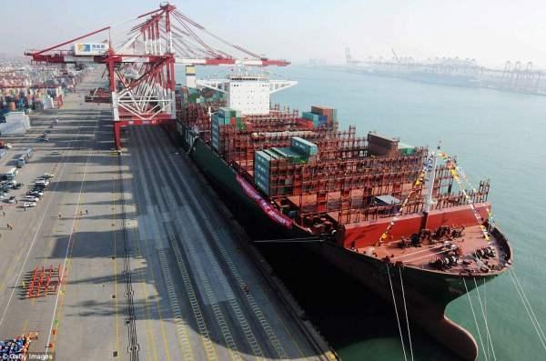 Этот контейнеровоз имеет размеры четырех футбольных полей и может вмещать 19 000 контейнеров.