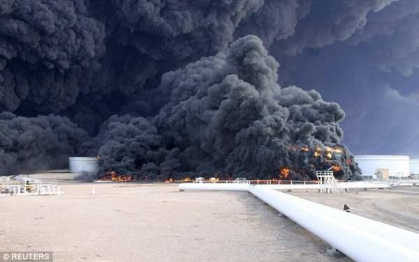 Только один танкер был поражен ракетами, но интенсивный пожар перекинулся и на другие
