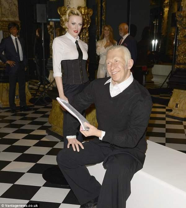 Муляж Мадонны стоит рядом с модельером Жаном-Полем Готье на выставке