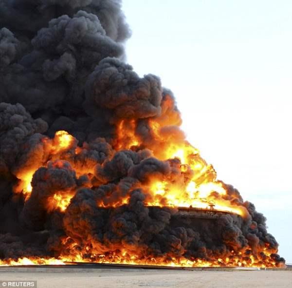 Массивный резервуар  с нефтью горит в Ливийском порту Аль-Сидра