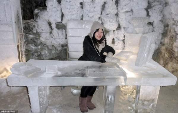 Ледяной офис работника Якутских пещер.