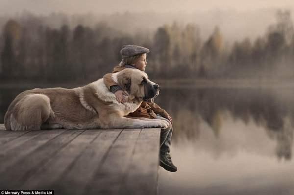 С собакой в обнимку глядя на озеро