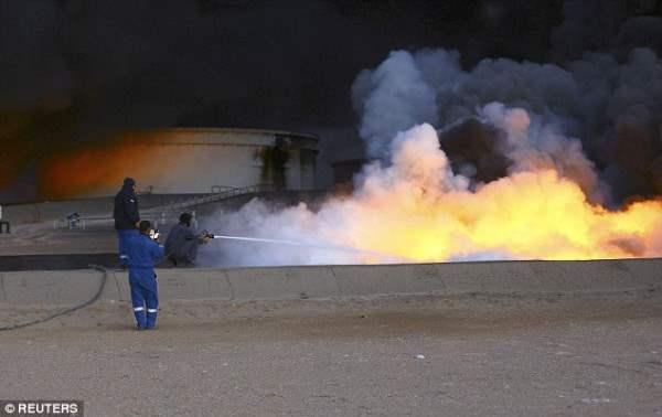 Пожарные пытаются не дать огню распространиться