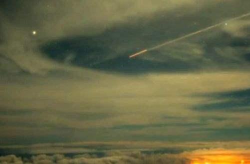 Телескоп заснял цилиндрический объект, входящий в атмосферу Земли.