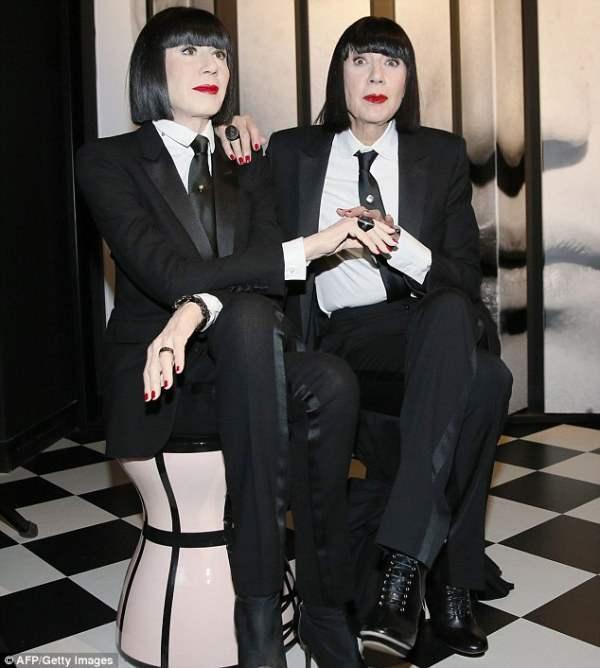Французская модель Шанталь Томасс прилетела и сфотографировалась со своей копией.