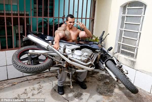 Поднял мотоцикл. Ввод синтола стоил ему рассудка. Долгое время он умудрялся обманывать жену, что больше не колит эту химию.