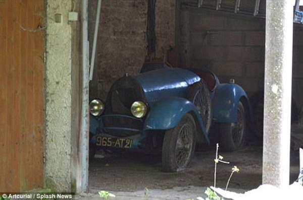В сарае. Старое авто в хорошем состоянии.