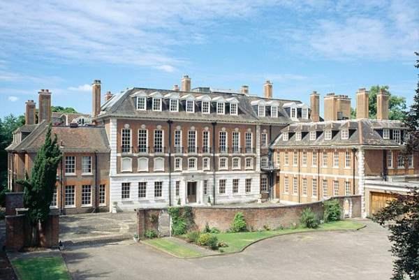 Русский олигарх Андрей Гурьев  владеет Витинхурстом (на фото), который является крупнейшим и самым дорогим Лондонским особняком. После завершения строительных ремонтных работ он будет распространяться более чем на 90000 квадратных футов и будет стоить £ 300 млн.