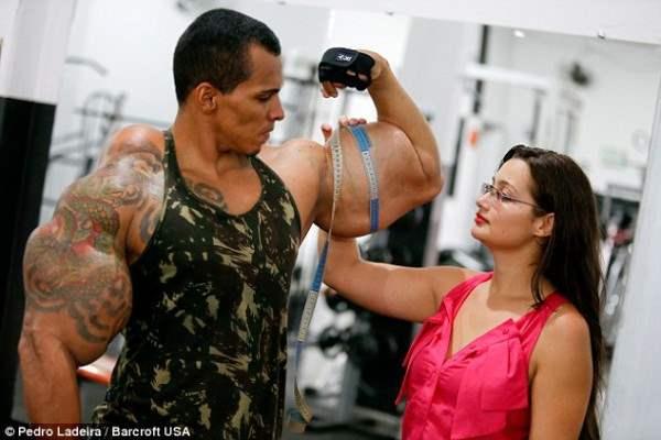 Его мышцы имеют рекордный объем. Но они получены не в результате длительных тренировок, а искусственным путем.
