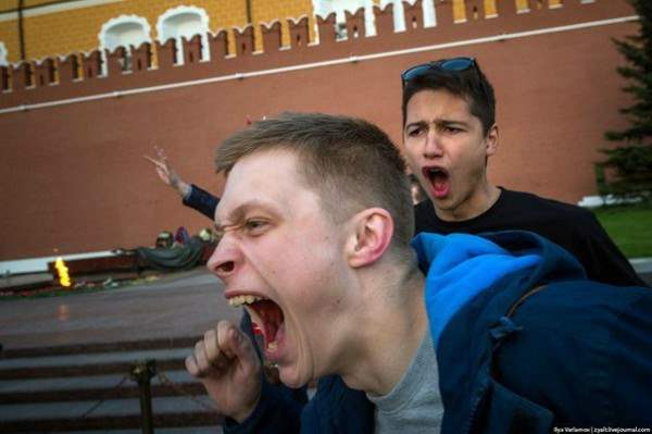 Солдаты Президентского полка РФ осквернили Вечный огонь у стен Кремля