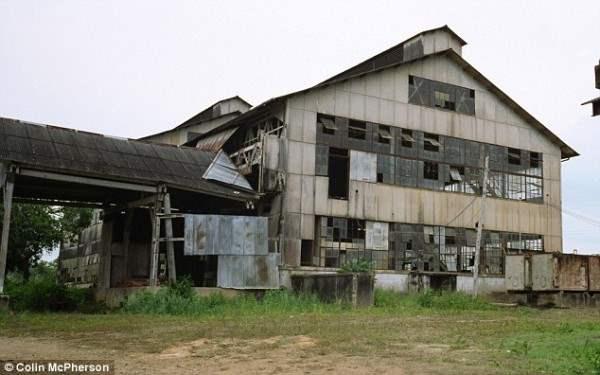 Видение: Все, что осталось от мечты Генри Форда. Это группа распадающихся зданий на лесной поляне в глубине бразильских тропических лесов (на фото в 2005 году)