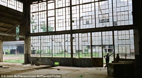 Жалобы работников, плохие условия выращивания и изобретения синтетического каучука привело к закрытию завода