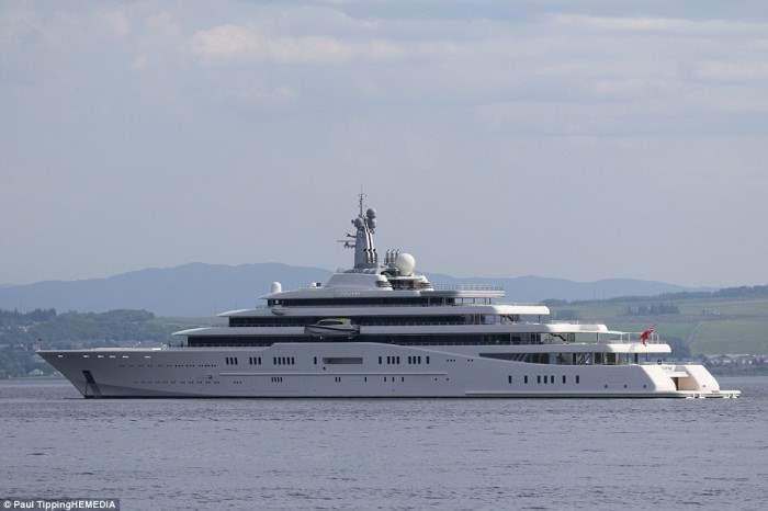 Eclipse - роскошная яхта, на которой прибыл в  Шотландию роман Абрамович. Стоимость яхты - 1.5 миллиарда долларов.