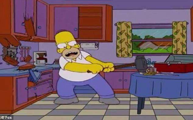 Гомер устраивает на кухне хаос