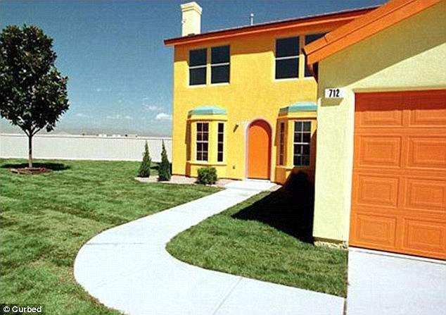 Четыре спальни, 2200 квадратных футов дом, построенный в городе Хендерсон, штат Невада, представил все культовые детали вымышленного дома Симпсонов, с его желтыми стенами и его ярко-цветным интерьером.