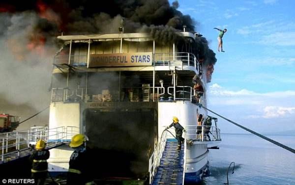 На Филиппинах загорелся паром (Фоторепортаж)